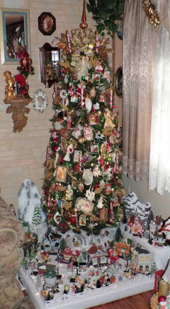 Debbie-Dabble-share-her-One-Vintage-and-Victorian-Christmas-Tree-and-Village